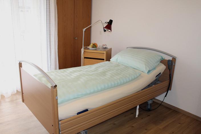 Einbettzimmer mit Balkon in unserem Pflegeheim im Zentrum von Uster