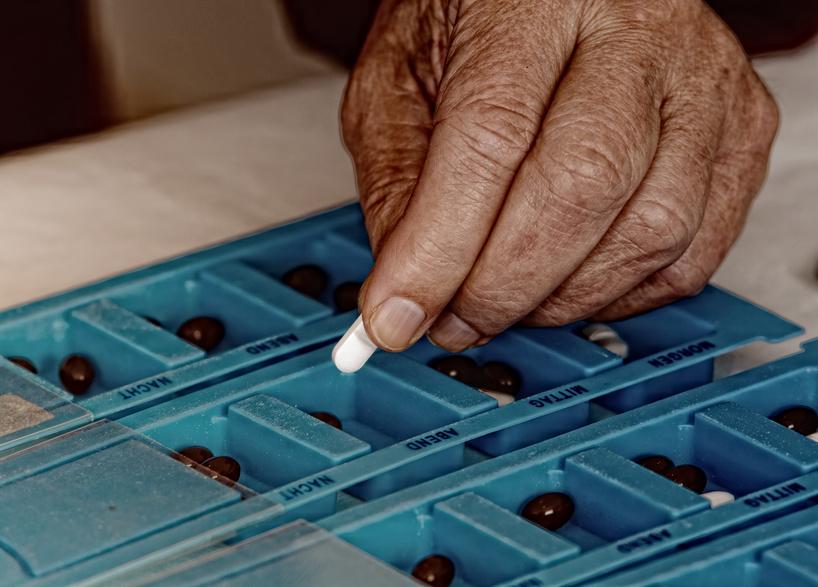 Medikamente abgeben. Prix Santé, Schweiz. Pflege und Spitex für Senioren. Begleitung im Alltag zu Hause oder im Pflegeheim.
